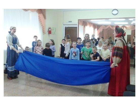 В Серпухове волонтеры провели театрализованную программу для детей