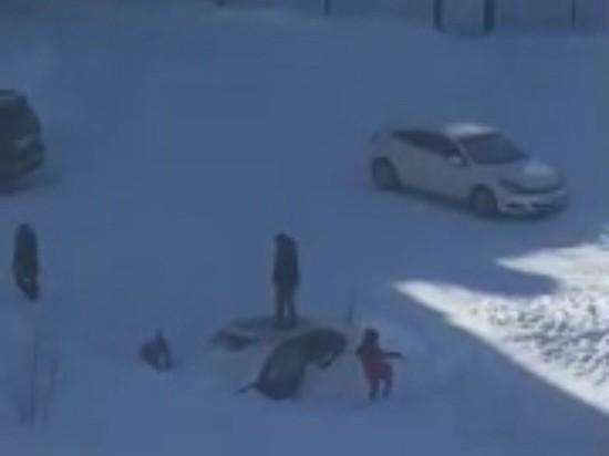 В Салехарде дети раскопали в снегу авто и попрыгали на его крыше