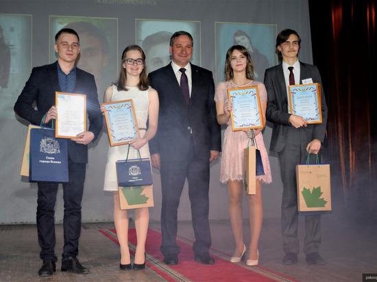 В Пскове учениками года признали двух одиннадцатиклассников
