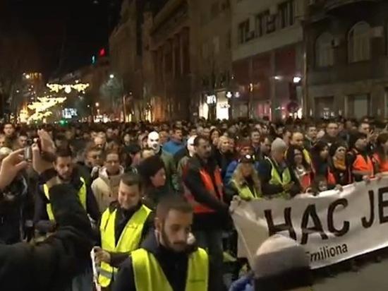 Сербские полицейские  вывели протестующих из телецентра