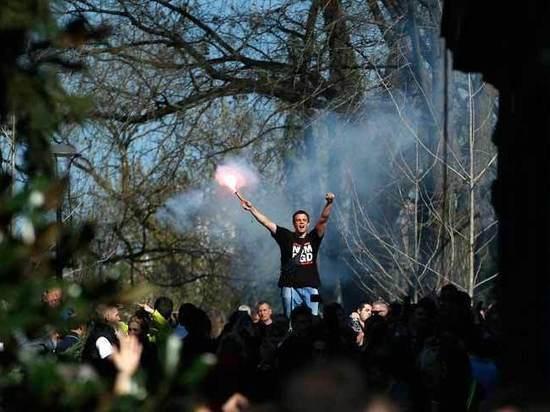 Протестующие в Белграде не выпускают президента Вучича из резиденции