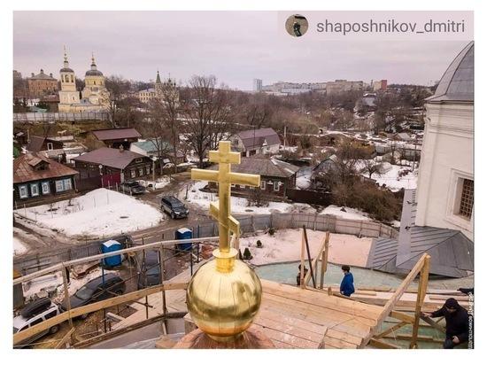 Над приделом святого мученика Дмитрия Солунского водрузили крест