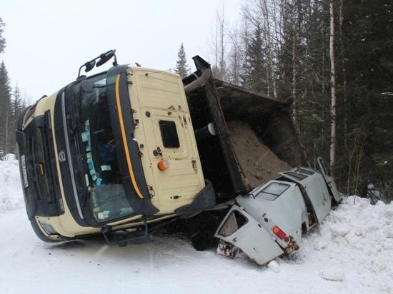 Грузовик насмерть придавил водителя легкового авто на трассе в Карелии