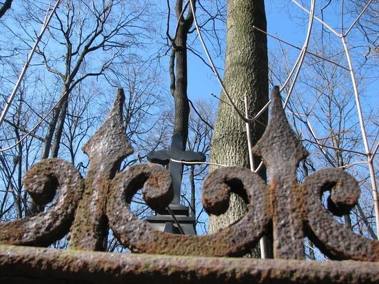 С Троекуровского кладбища украли могильную плиту заслуженного прокурора