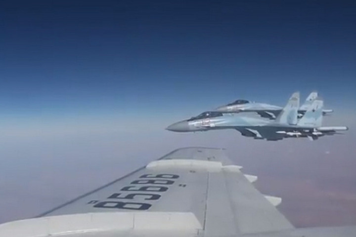 Самолет Шойгу в небе над Сирией сопровождали Су-35С