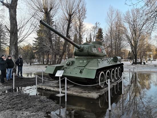 В Твери постамент танка Т-34 постепенно уходит в землю
