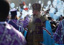 Молитвы, рок и макароны: стройка церкви на месте сквера в Екатеринбурге стала поводом для нескольких акций