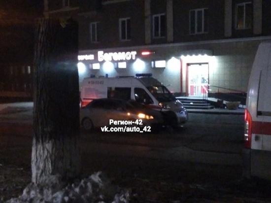В Кемерове столкнулись легковушка и автомобиль скорой помощи