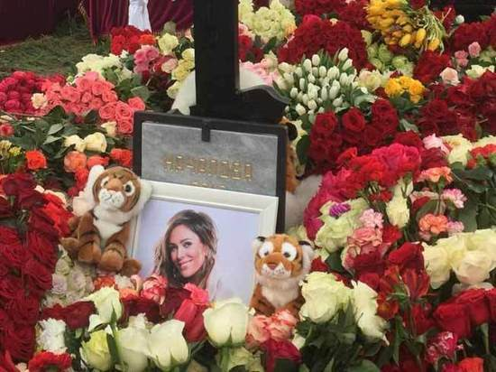На могилу певицы пришла «хозяйка кладбища»