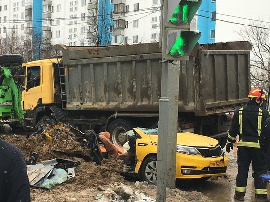 Грузовик раздавил такси в Москве, погибли два человека