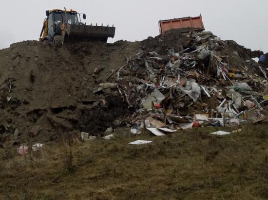 Перегороженную под Анапой дорогу между хуторами засыпали мусором