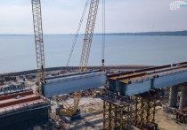 Замкнули: строители управились с пролетами ж/д части Крымского моста