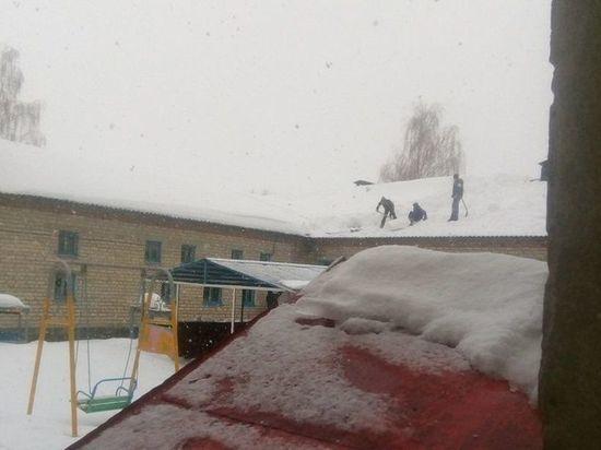 Наказан директор орловской школы, где дети чистили снег с крыши
