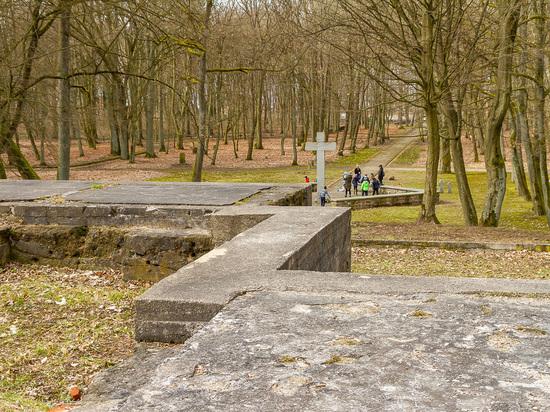 Крематорий Тильзита: руины и дети из Советска, играющие в футбол на могилах