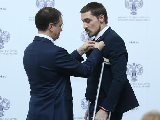 Дима Билан на костылях получил звание заслуженного артиста России