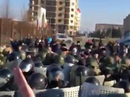 Участники митинга в Магасе устроили потасовку с силовиками