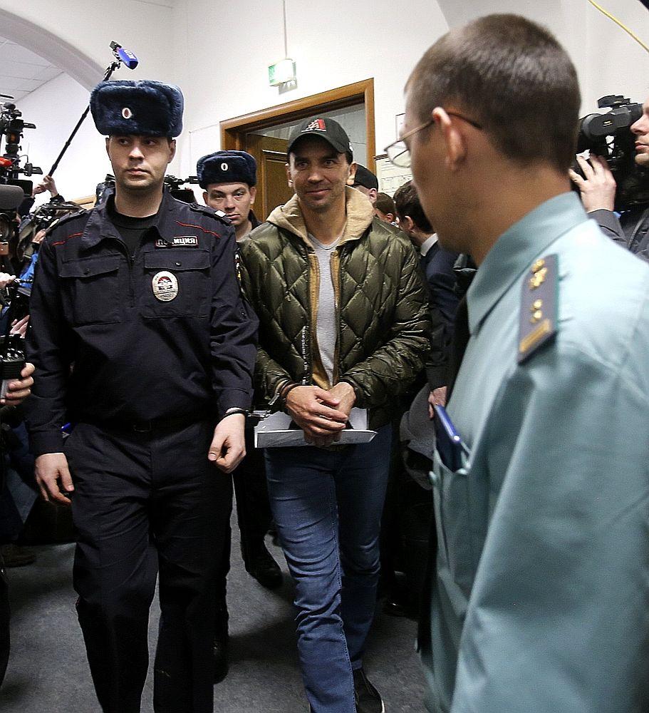 Улыбающегося Абызова доставили в суд: первые фотографии за решеткой