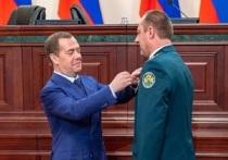 Дмитрий Медведев наградил воронежского таможенника