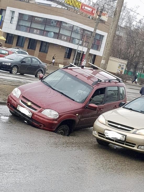 На проспекте Ленина в Туле автомобиль провалился в коллектор