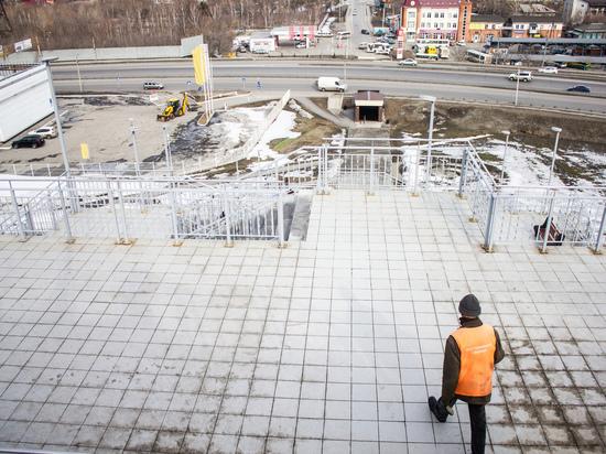 После зимы лестница в барнаульском Нагорном парке потеряла презентабельный вид