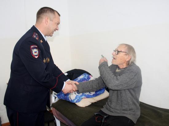 В Опарино полицейские вернули дедушке украденные 198 тысяч рублей