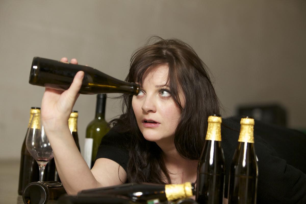 Картинки девушка выпивает