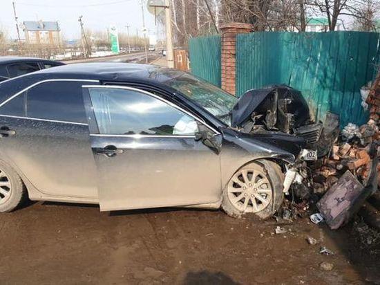 Авария в Башкирии: иномарка протаранила забор у дороги