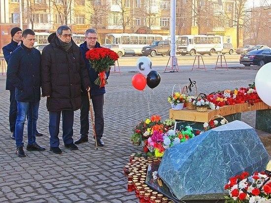 """Экс-глава Кузбасса посетил памятный мемориал возле """"Зимней вишни"""""""