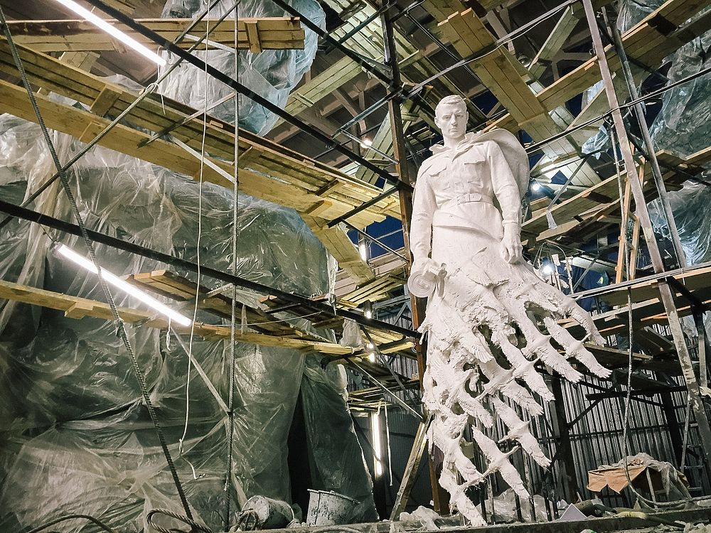 Скульптор показал 25-метровую фигуру солдата нового Ржевского мемориала