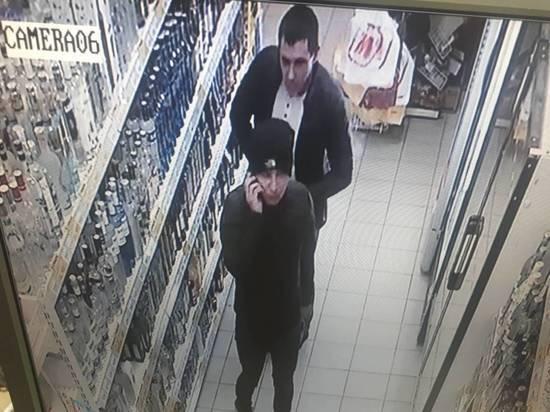 Двое неизвестных обокрали магазин в Саранске за три минуты