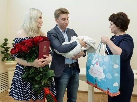 Отныне всем родившим мамам будут вручать наборы для новорожденных