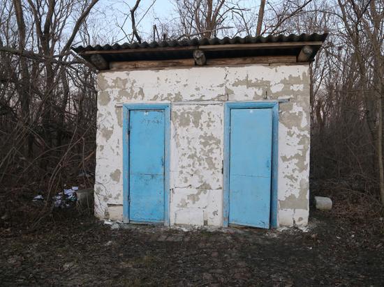 Россияне научились жить без канализации: «Хожу в домик с дыркой»