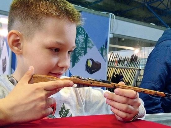 Мастера-оружейники показали свои работы на выставке в Алматы