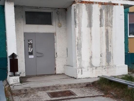 Фасад дома в Губкинском «посыпался» после капремонта. Фото