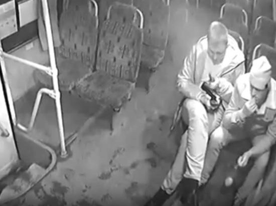 Один из парней, избивших пассажирку и кондуктора автобуса в Бийске, извинился через соцсети