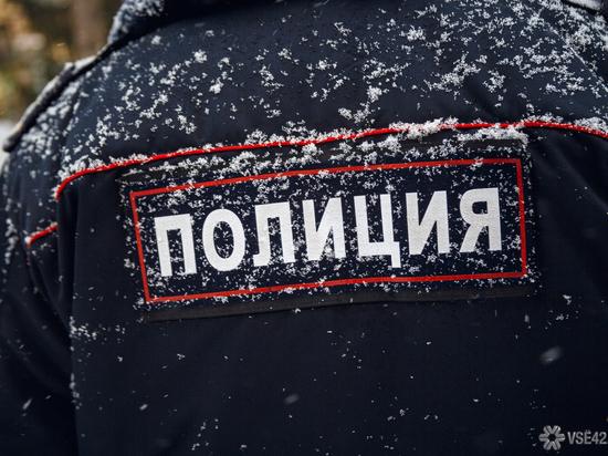 Неизвестные бросают крупный мусор со здания полиции в Кемерове