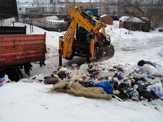 В Нововятске из-под окон двух домов вывезли 60 кубометров мусора