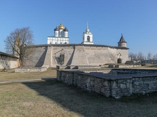 Путин поручил обратить внимание на памятники Псковской области