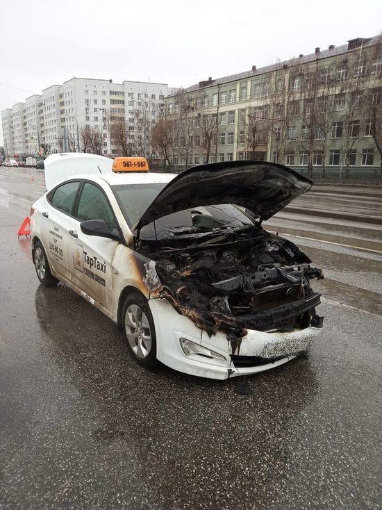 В центре Казани вспыхнуло такси