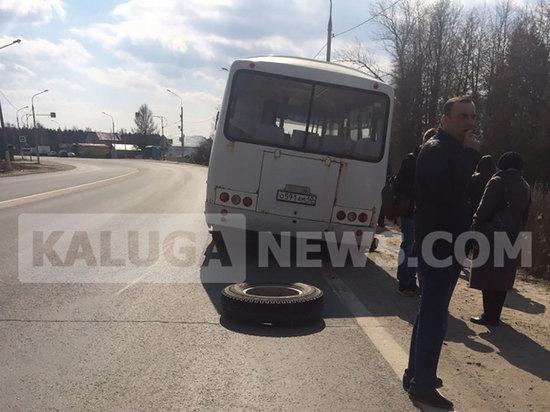 В Калуге у автобуса с пассажирами оторвалось на ходу два колеса