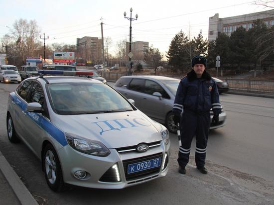 В Хабаровске сотрудник ГИБДД спас человека из горящего автомобиля
