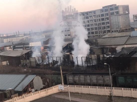 На правобережье Красноярска сгорел цех по производству стеклотары