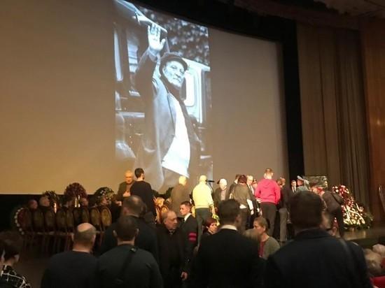 Бывшая врио президента Грузии Бурджанадзе пришла на похороны Данелии