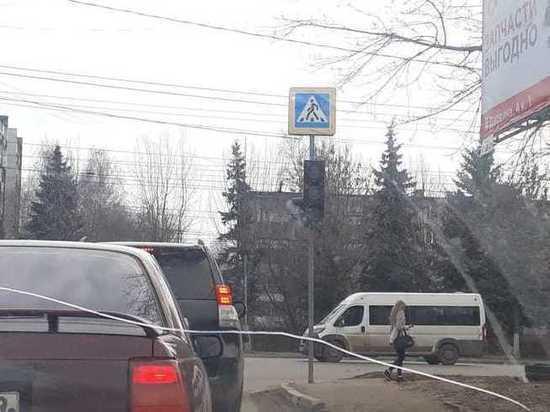 """В Твери неработающий в """"Южном"""" светофор собрал большую пробку"""