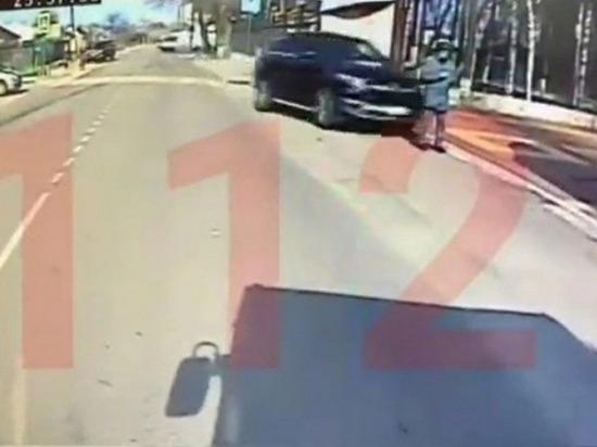 Опубликовано видео, как Mercedes сбивает курсанта в Воронеже