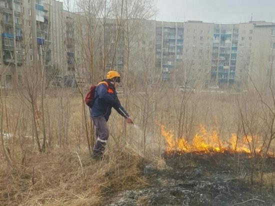 Спасатели Комсомольска-на-Амуре ежедневно тушат возгорания сухой травы