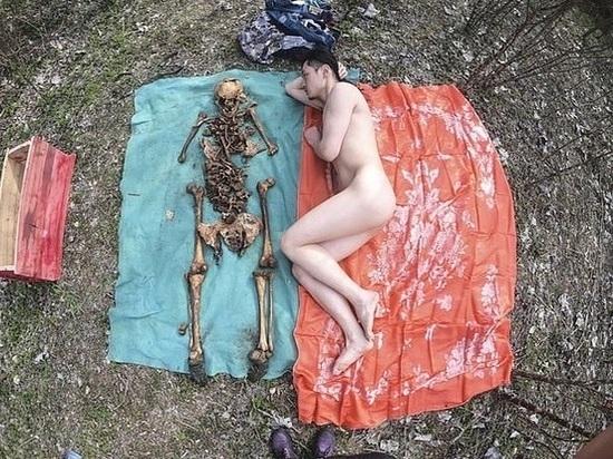 Художник откопал останки отца и устроил с ними фотосессию нагишом