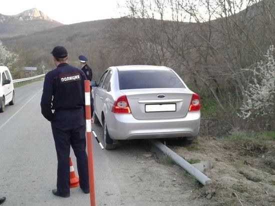 Под Феодосией автомобиль чуть не рухнул в обрыв