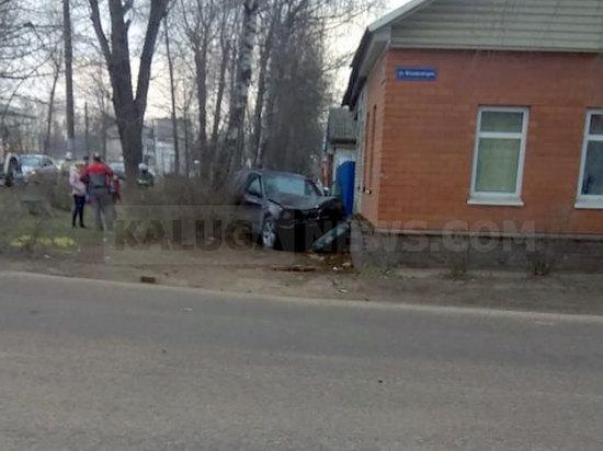 БМВ влетела в частный дом в Калуге