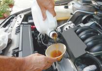 Одни автовладельцы, слепо доверяющие производителям и сервисменам, убеждены, что просроченное моторное масло способно вывести из строя силовой агрегат, а потому по истечении срока годности его следует утилизировать
